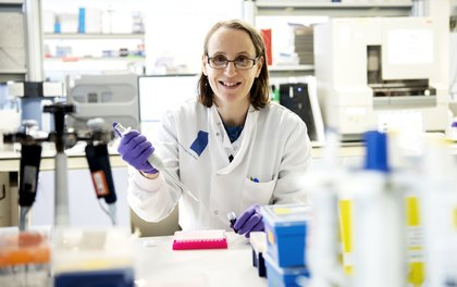 A female scientist in a genetics lab